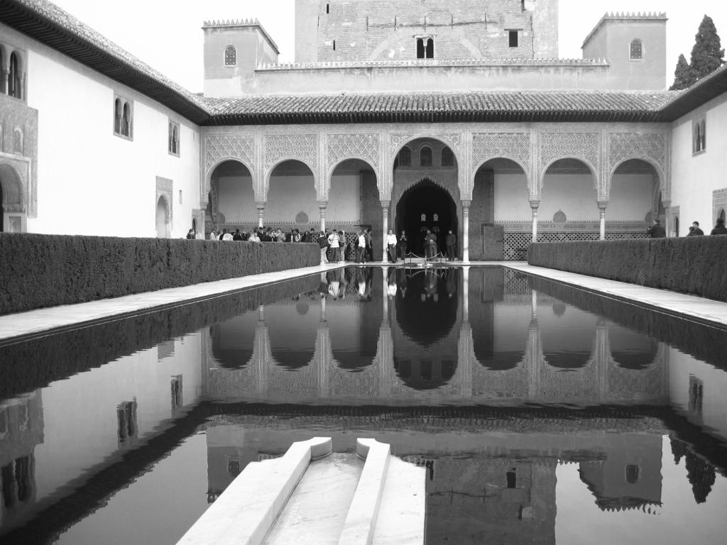 la alhambra en escala de grises